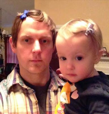 papá e hija con el mismo peinado