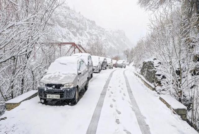 हिमाचल की चोटियों पर हुई बर्फबारी, चंबा में आया तूफान, स्कूलों और मकानों की छतें भी उड़ीं
