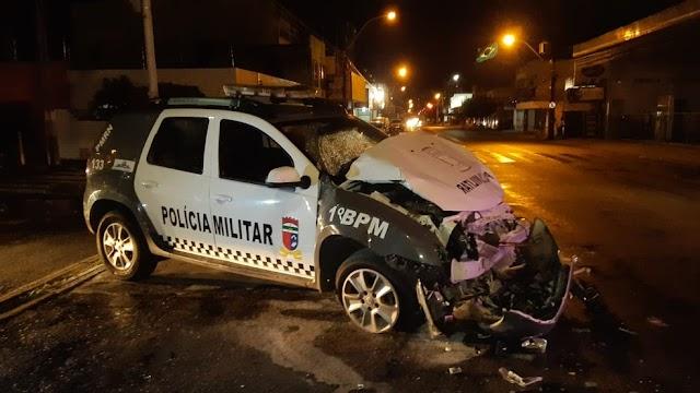 Carro da PM bate em ônibus durante perseguição, fica destruído e suspeitos conseguem fugir em Natal