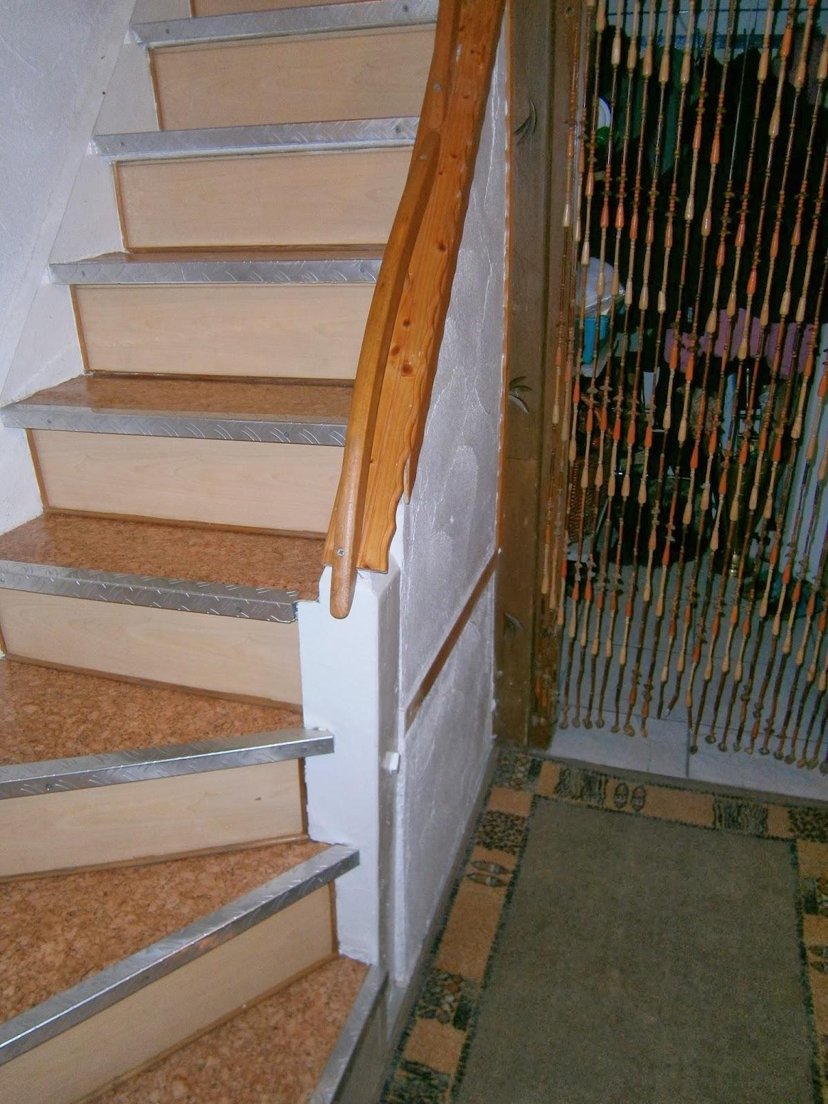 Treppe vor der Renovierung - aus unterschiedlichen Materialien bestehend