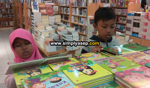 READING: Inviting them to like reading material and reading can be done in a fun way such as to a bookstore, in addition to reading they can also immediately have their dream book. Photo of Asep Haryono