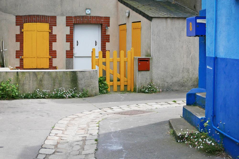 façades colorées en bleu et jaune dans le village de pêcheurs de Trentemoult