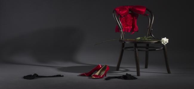 Roupas e sapatos jogados