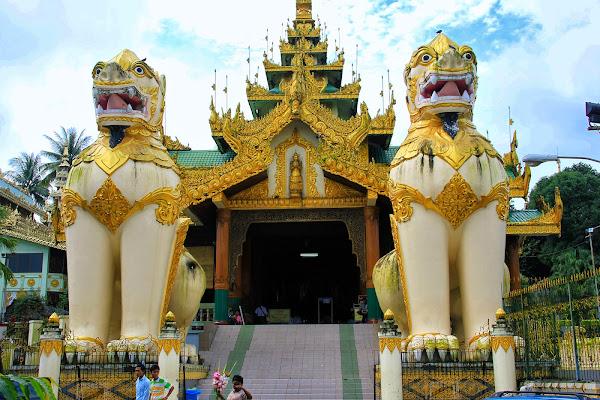 Leon birmano Chinthe en la Pagoda Shwedagon