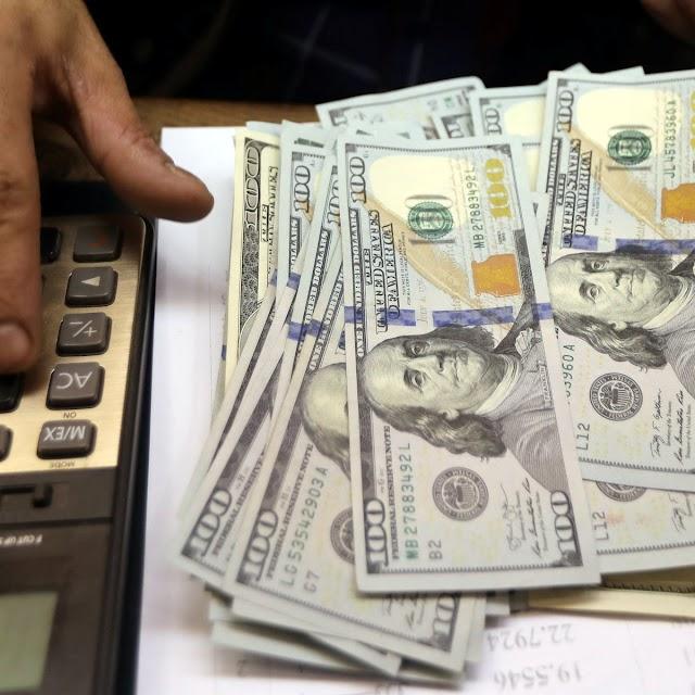 Dólar termina semana quase estável após cravar recorde histórico na 2ª