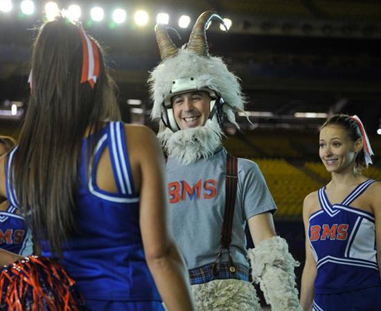 Mascote e cheerleaders da série Blue Mountain State