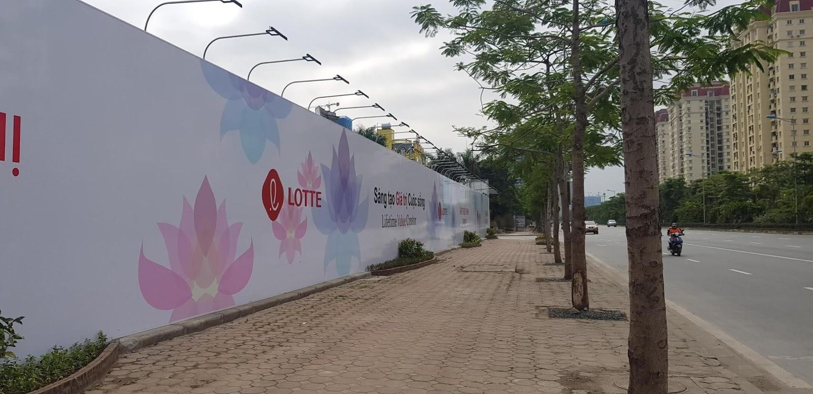 Tường rào bao quanh Lotte Mall.