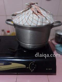 siapkan dandang untuk mengukus kue
