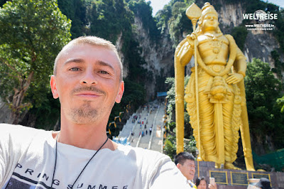Arkadij Schell bei den Batu Caves in Malaysia. WELTREISE