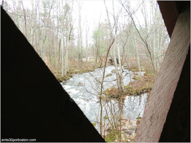 Vistas del Río desde el Puente Cubierto Peatonal Nissitissit Bridge en Brookline, New Hampshire