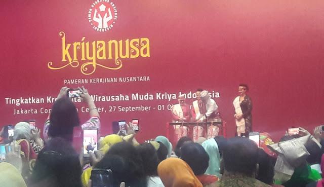 Didampingi Ibu Negara, Iriana Jokowi, Presiden Jokowi Memukul Gondang Batak tanda Pameran Kriyanusa 2017 resmi dibuka, di Jakarta Convention Centre (JCC), Jakarta (27 September 2017)