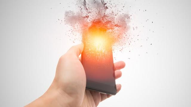 5 Hal yang Tak Boleh Kamu Lakukan saat Mengisi Baterai Smartphone, Bikin Meledak!