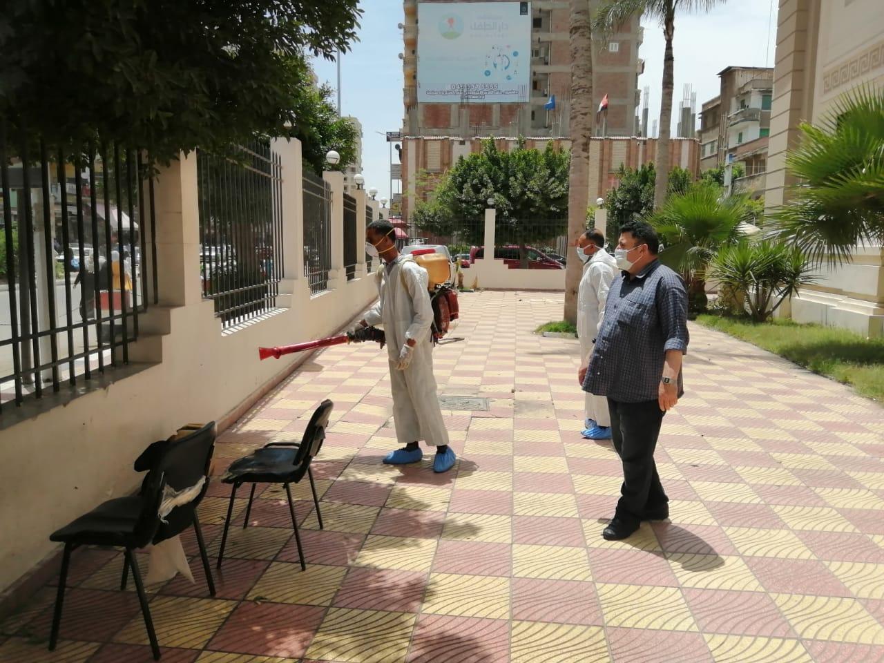استمرار أعمال وحملات رش وتطهير الشوارع  المنشآت الحكومية والصحية والمنازل بمدن ومراكز المحافظة