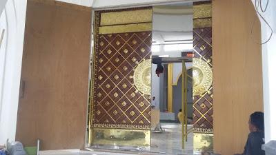 PINTU UTAMA : Pintu Gerbang Utama Masjid Babussalam Sudah Mulai Dipasang sejak Jumat 10 Januari 2020. Foto Asep Haryono