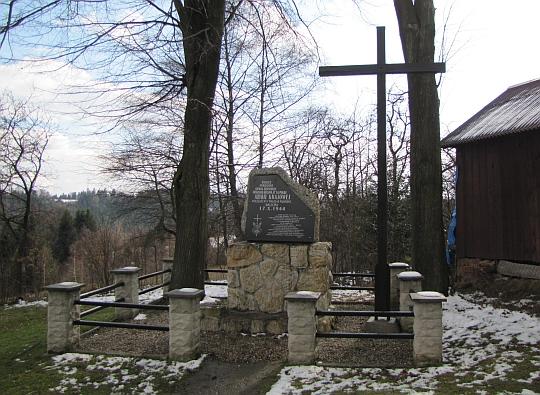 """Obelisk upamiętniający żołnierzy oddziału """"Regina II"""" 16 pułku AK, poległych 17.10.1944 roku"""