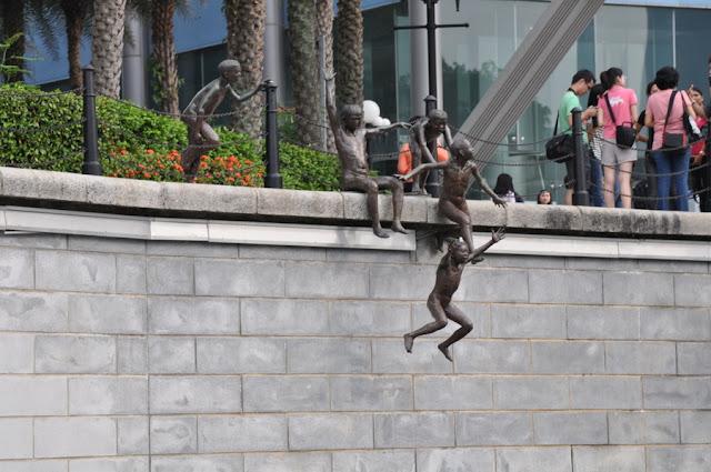 monumento First Generation, que mostra crianças brincando às margens do Rio Cingapura