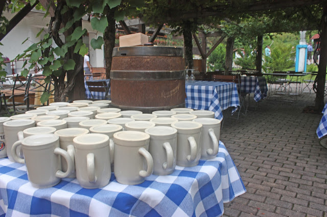Bierfass zum Get together - Vintage-Hochzeit im Sommer im Riessersee Hotel Garmisch-Partenkirchen, Bayern - Vintage wedding in Germany, Bavaria, lake & mountains