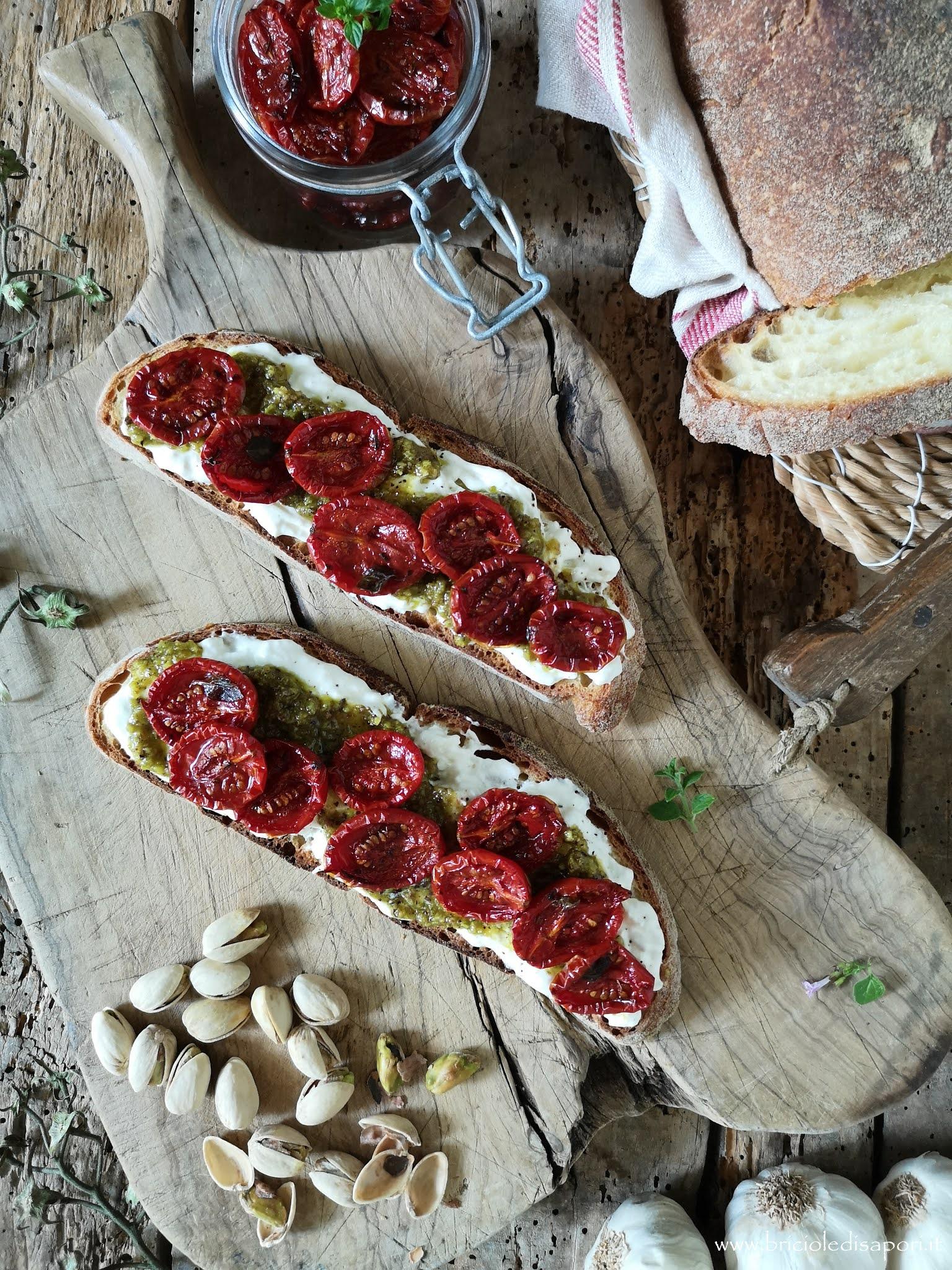 bruschette di altamura stracciatella pesto di pistacchi e pomodorini confit