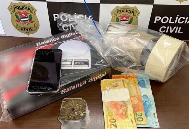 Policia Civil de Tupã prende individuo e aprende maconha,dinheiro e apetrechos de embalar a droga