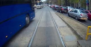 شاهد بالفيديو سائق حافلة متهور قد يفقد عمله ورخصته بسبب هذا الفيديو