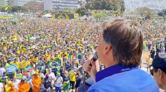 Pedido de perdão de Bolsonaro a Moraes deixa bolsonaristas de joelhos