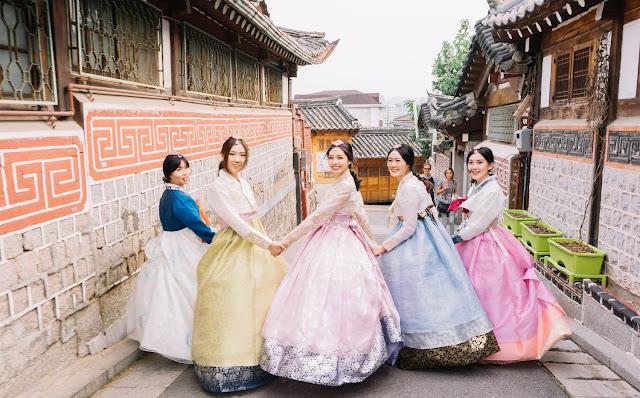 Nét đặc trưng của hanbok nằm ở những hình in hoặc thêu hoa tỉ mỉ trên nền vải satin, vải lụa hoặc vải thô. Người Hàn Quốc thường khá chú trọng sự kết hợp về màu sắc trong trang phục. Vì vậy, vào những dịp quan trọng hay dịp lễ hội, họ thường mặc hanbok màu đỏ, xanh da trời, vàng, đen… vốn là những màu thể hiện rõ triết lý âm dương, ngũ hành của nền văn hóa phương Đông. Ngoài Hanbok truyền thống với nhiều lớp áo váy, giới trẻ Hàn còn diện Hanbok cách tân đơn giản và thuận tiện hơn.