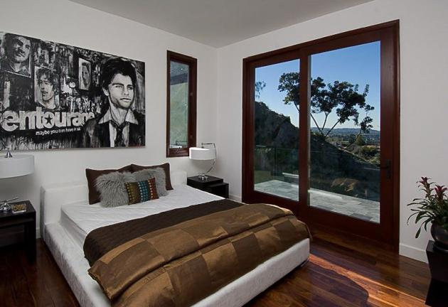 Picture of another smaller bedroom in the Rihanna's house