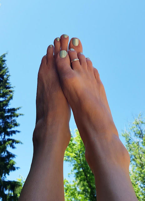 zoya fisher on barefeet