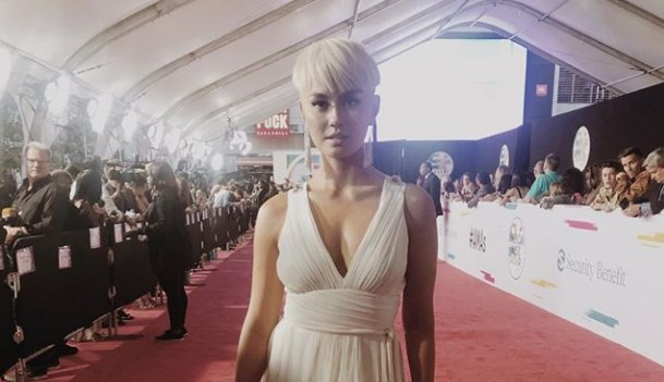 Agnez Mo Tampil Serba Putih Di Red Carpet American Music Awards 2017
