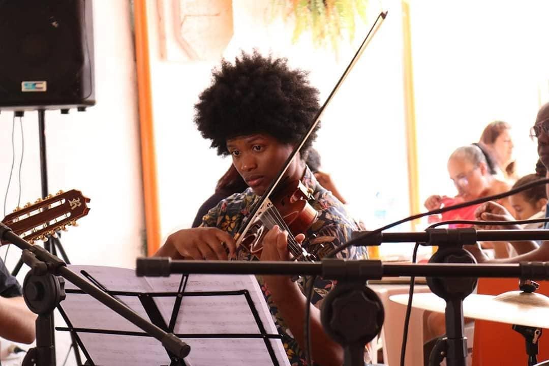 Para driblar pandemia, músico de Ermelino Matarazzo troca vagões por aulas online a crianças na periferia
