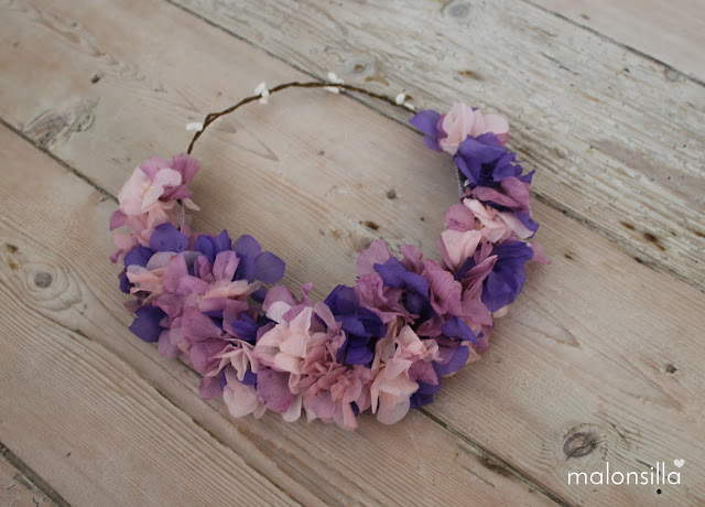 Diadema de flores en colores morado con fondo de madera