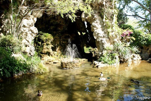 Il bel laghetto dei giardini Rocher des Doms di Avignone