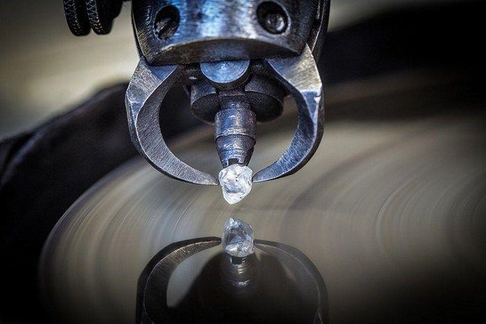 Sử dụng máy cắt hiện đại để cắt kim cương và đá quý