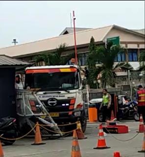 Truk Nyelonong Tubruk Pagar dan Pos Pengamanan Gedung Teknik Pelabuhan Tanjung Priok