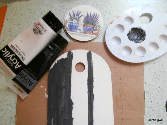 deskę malujemy na czarno farbą akrylową