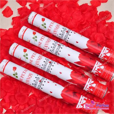 Pháo cánh hoa hồng trang trí phòng cưới
