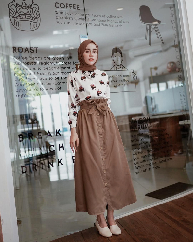 One color thema untuk OOTD hijab coklat dengan rok A line