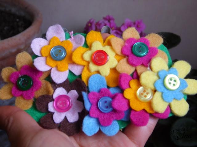 Collar con flores de fieltro
