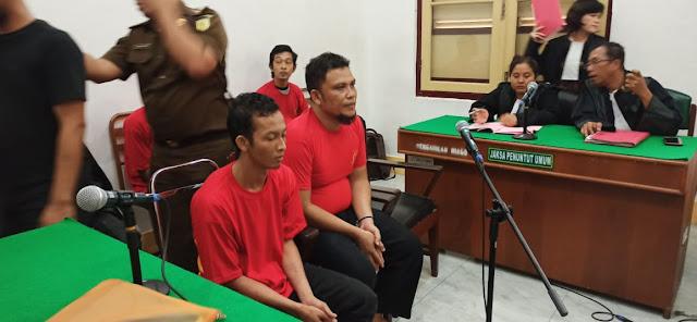 Dituntut 17 Tahun Penjara, Kurir Ganja Menangis di Persidangan