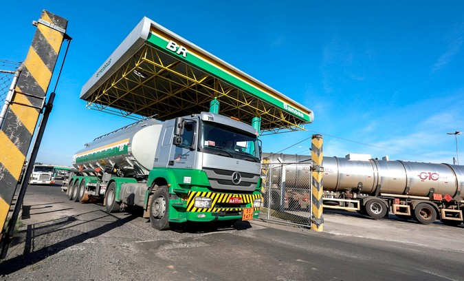 Governo Bolsonaro zera imposto federal sobre o diesel por 2 meses