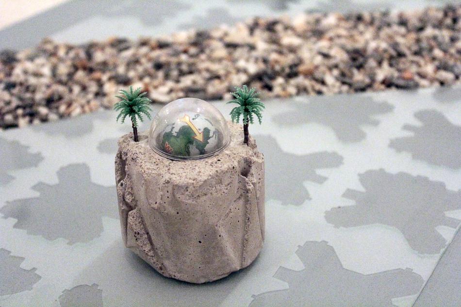 Detalle de hito piedra en Memoria a escala