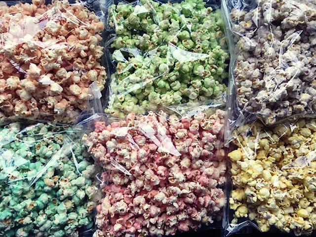 gekleurde popcorn in zak