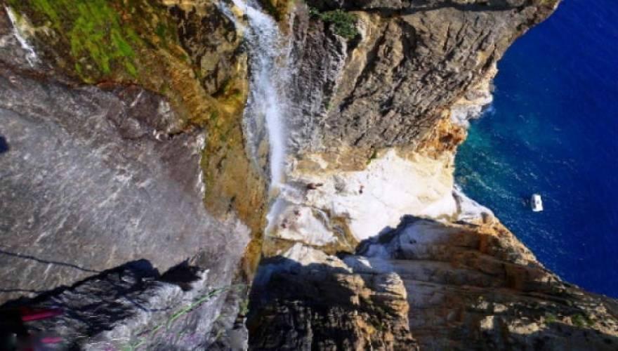 Ο ψηλότερος καταρράκτης του κόσμου, που χύνεται σε θάλασσα, βρίσκεται στην Ελλάδα! (Εικόνες)