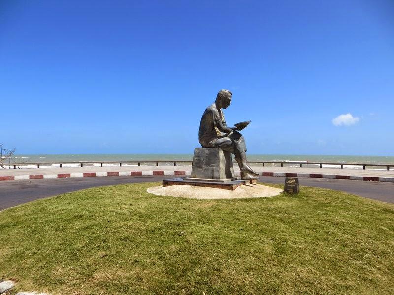 памятник читающему парню