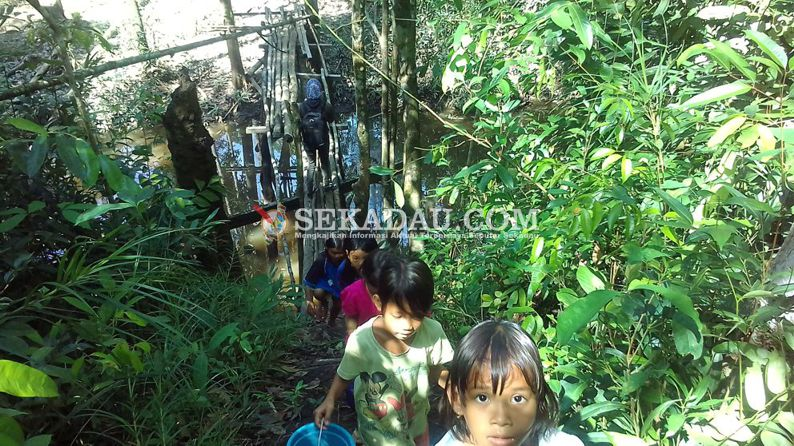 Joni, seorang siswa kelas tiga, SD Negri 20 Nanga Semalam, Dusun Resak Balai, Desa Merbang, Kecamatan Belitang Hilir, Kabupaten Sekadau tampak lincah berlarian bersama