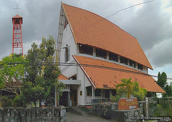 Wanita Bertudung Bantu Bersihkan Gereja YogYakarta
