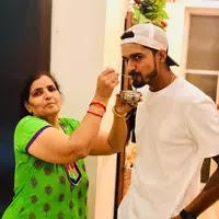 deepak hooda with her mother