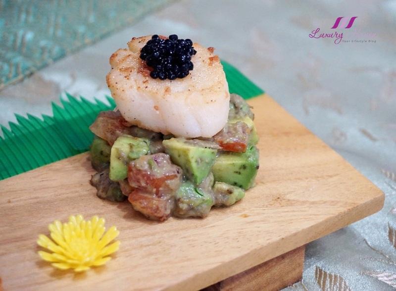 hokkaido scallops on wooden sushi tray