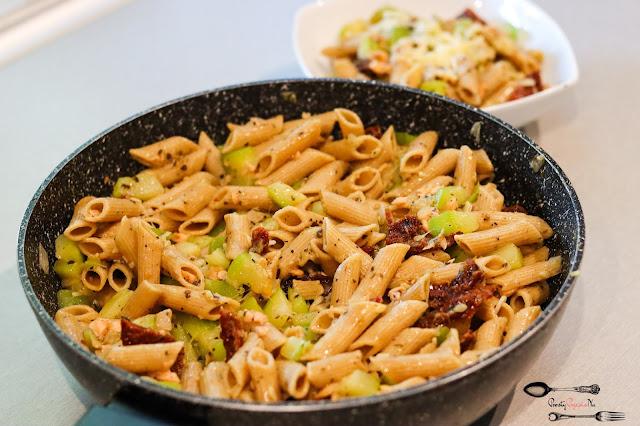 dania obiadowe, dania z cukinii, danie z łososiem, szybka ryba, szybki obiad, makaron pełnoziarnisty, makaron z łososiem wędzonym, makaron z suszonymi pomidorami, makaron z cukinią,