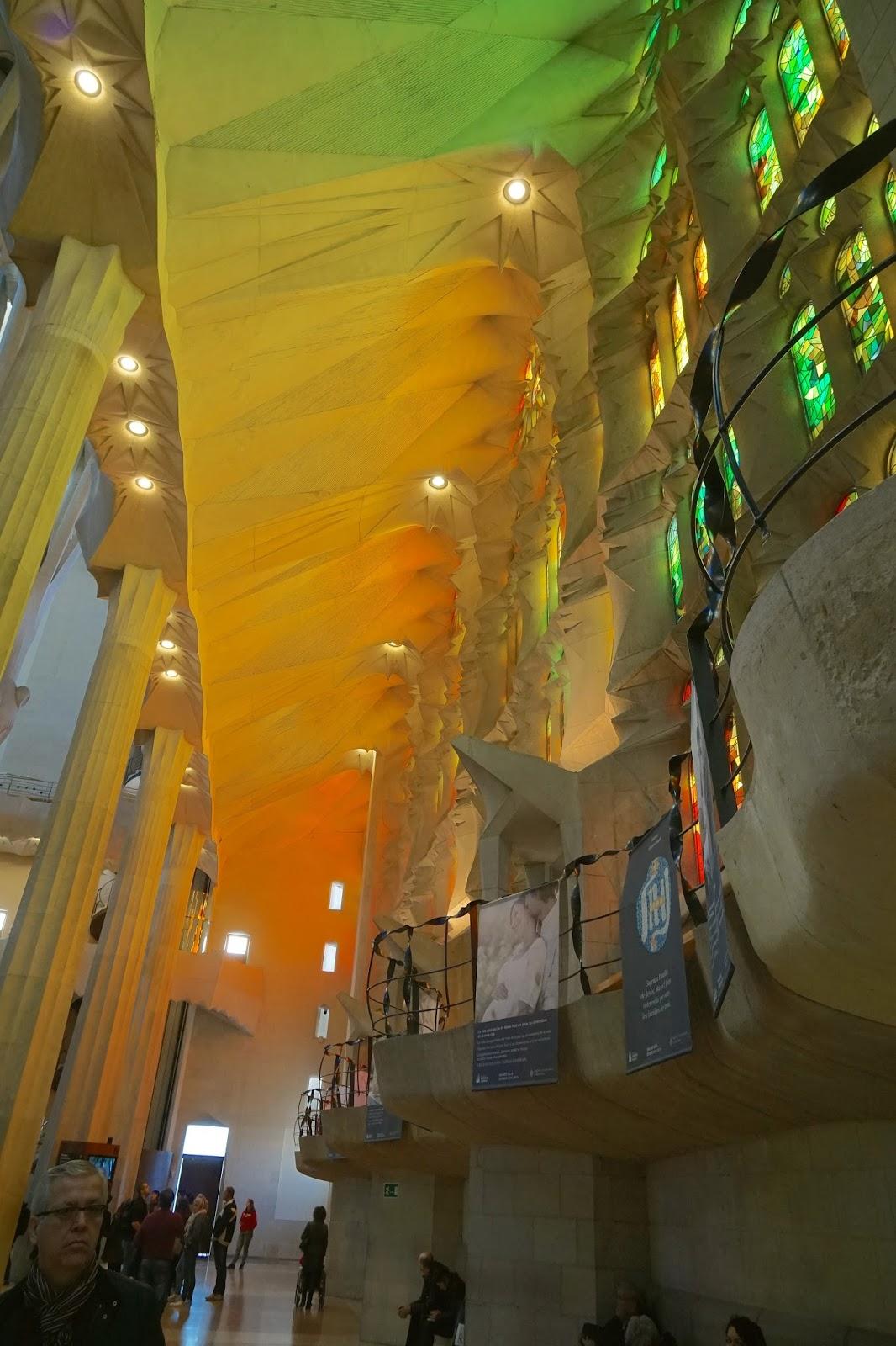 サグラダ・ファミリア (Sagrada Familia) 「受難のファサード」側の側廊